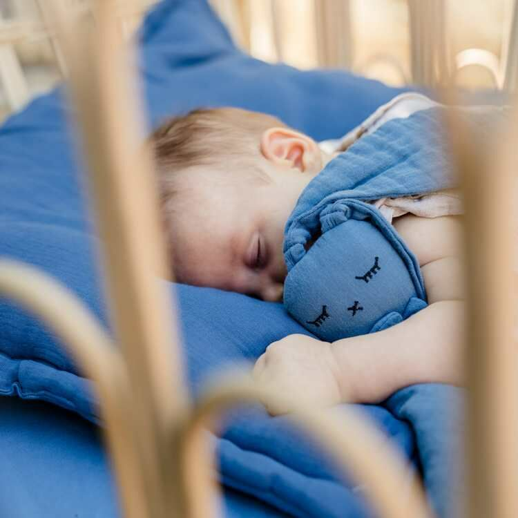 kék színű nyuszis alvóka és szundiekndő