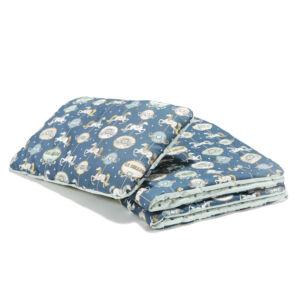 újszülött baba ágynemű szett töltettel és kispárnával kék színben vidámparkos körhintás mintával