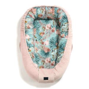 Állítható XXL méretig növelhető Babafészek hamvas rózsaszín velvet anyaggal kék egzotikus virágok és pálmalevelek La Millou Boho Palms