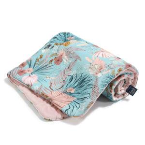 baba takaró töltettel hamvas rózsaszín pamut-velvet kék trópusi virág és pálmalevél mintával La Millou Boho Palms