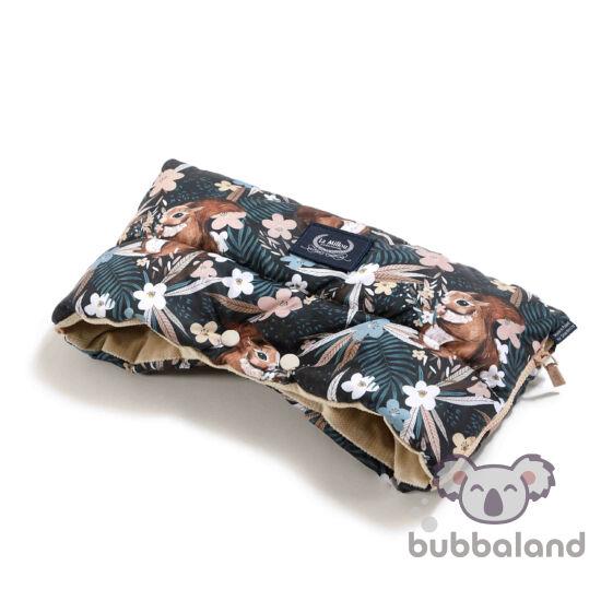 meleg téli Babakocsi kézmelegítő homokszínű velvet anyagból erdei levél és mókus mintával La Millou Pretty Barbara