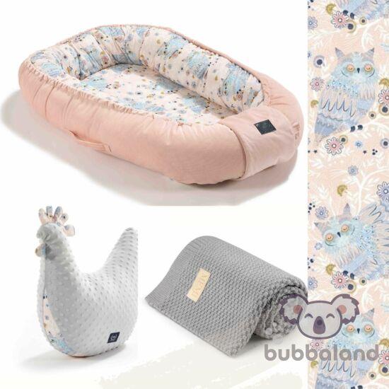 La Millou Sleepy Owls babafészek szett pipi szoptatós párnával és merinó gyapjú baba takaróval púder rózsaszín és szürke színben álmos bagoly mintával