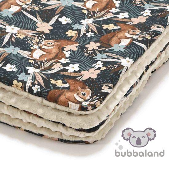 baba takaró töltettel kétoldalas pamut-minky bézs és barna színben erdei mókus és virág mintáva